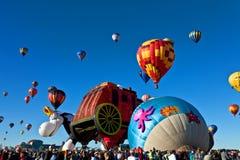 Balões da multidão e de ar quente Fotos de Stock Royalty Free