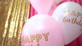 Balões de ar do feliz aniversario no fundo colorido Celebração com decorações filme