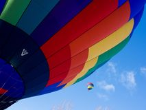 Balões de ar quente coloridos contra o céu azul Foto de Stock