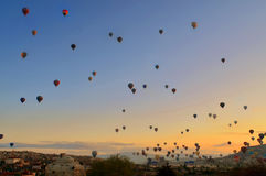 Balões de ar quente coloridos contra o céu azul Fotografia de Stock Royalty Free