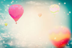 Balões de ar quente coloridos no fundo bonito do céu Imagem de Stock