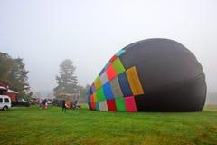 Balões de ar quente coloridos que preparam-se para o voo em Vermont Imagens de Stock Royalty Free