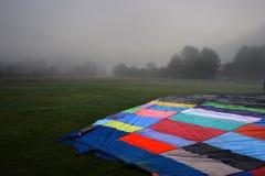 Balões de ar quente coloridos que preparam-se para o voo em Vermont Imagem de Stock