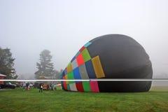 Balões de ar quente coloridos que preparam-se para o voo em Vermont Foto de Stock Royalty Free