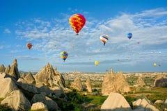 Balões de ar quente coloridos que voam, Cappadocia, Anatolia, Turquia Fotos de Stock Royalty Free