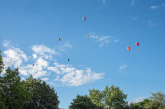 Balões de ar quente coloridos que voam no céu Imagem de Stock