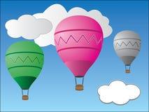 Balões de ar quente coloridos que voam no céu nebuloso ilustração royalty free