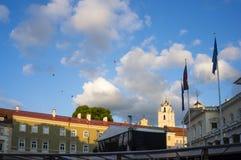 Balões de ar quente coloridos que voam no céu vilnius Fotografia de Stock