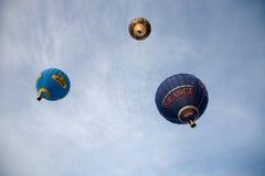 Balões de ar quente coloridos que voam, o 6 de janeiro de 2015 Mondovì Italia Fotos de Stock