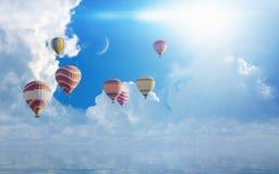 Balões de ar quente coloridos que voam o mar azul fotos de stock royalty free