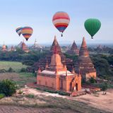 Balões de ar quente coloridos que voam sobre Bagan, Myanmar Imagem de Stock Royalty Free