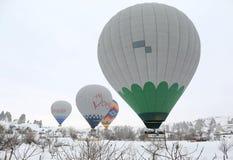 Balões de ar quente coloridos que voam sobre chaminés e campos feericamente Fotografia de Stock Royalty Free
