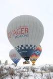 Balões de ar quente coloridos que voam sobre chaminés feericamente Imagem de Stock