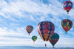 Balões de ar quente coloridos que voam sobre a montanha Imagem de Stock Royalty Free