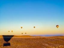Balões de ar quente coloridos que voam sobre o vale em Cappadocia Imagem de Stock