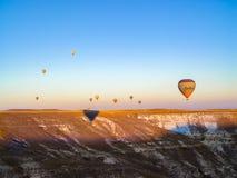 Balões de ar quente coloridos que voam sobre o vale em Cappadocia Fotografia de Stock
