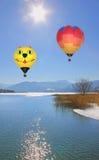 Balões de ar quente de flutuação sobre o tegernsee do lago, Alemanha Imagens de Stock