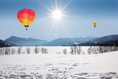 Balões de ar quente de flutuação sobre o tegernsee do lago, Alemanha Imagem de Stock Royalty Free