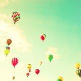 Balões de ar quente do vintage no céu da hortelã Imagens de Stock