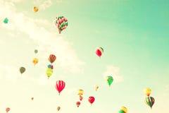 Balões de ar quente do vintage no céu da hortelã Fotografia de Stock Royalty Free