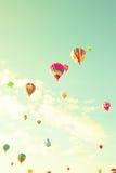 Balões de ar quente do vintage no céu da hortelã Foto de Stock Royalty Free