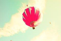 Balões de ar quente do vintage no céu da hortelã Fotos de Stock Royalty Free