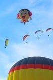 Balões de ar quente e paragliders Fotografia de Stock