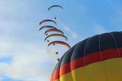 Balões de ar quente e paragliders Foto de Stock