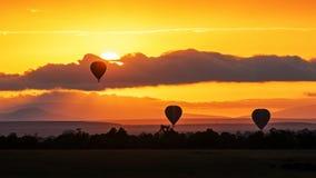 Balões de ar quente no céu alaranjado de Surise África fotos de stock royalty free