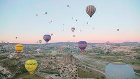 Balões de ar quente no céu vídeos de arquivo