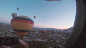 Balões de ar quente no céu video estoque
