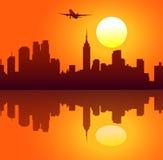 Balões de ar quente no céu e no Por do sol-vetor da cidade Fotos de Stock Royalty Free
