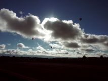 Balões de ar quente nos skys da sobremesa fotos de stock royalty free