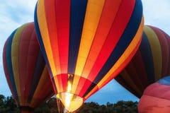 Balões de ar quente prontos para a decolagem foto de stock