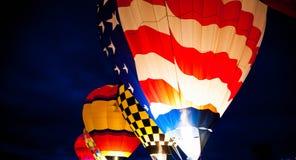 Balões de ar quente que incandescem na noite Fotografia de Stock