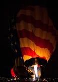 Balões de ar quente que incandescem na noite Fotos de Stock