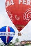 Balões de ar quente que voam no céu Imagem de Stock