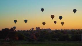 Balões de ar quente que voam sobre Bagan, Myanmar - 19 de novembro de 2017 vídeos de arquivo