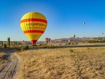 Balões de ar quente que voam sobre e que aterram no Cappadocia Fotografia de Stock