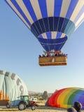 Balões de ar quente que voam sobre e que aterram no Cappadocia Fotos de Stock Royalty Free