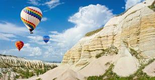 Balões de ar quente que voam sobre o vale do amor em Cappadocia, Turquia fotos de stock royalty free
