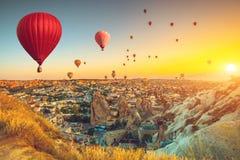Balões de ar quente sobre Cappadocia imagens de stock royalty free
