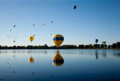 Balões de ar quente sobre o lago Foto de Stock Royalty Free