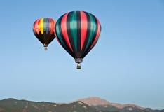 Balões de ar quente sobre o pico dos piques Imagem de Stock Royalty Free