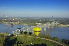 Balões de ar quente sobre o rio imagem de stock