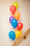 Balões de Colorfull em uma sala Imagem de Stock
