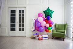 Balões de cores diferentes com os presentes para o feriado em uma sala Fotos de Stock Royalty Free