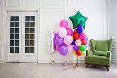 Balões de cores diferentes com os presentes para o feriado em uma sala Foto de Stock Royalty Free