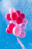 Balões de encontro ao céu azul Fotos de Stock Royalty Free