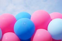 Balões de encontro ao céu azul Fotografia de Stock Royalty Free